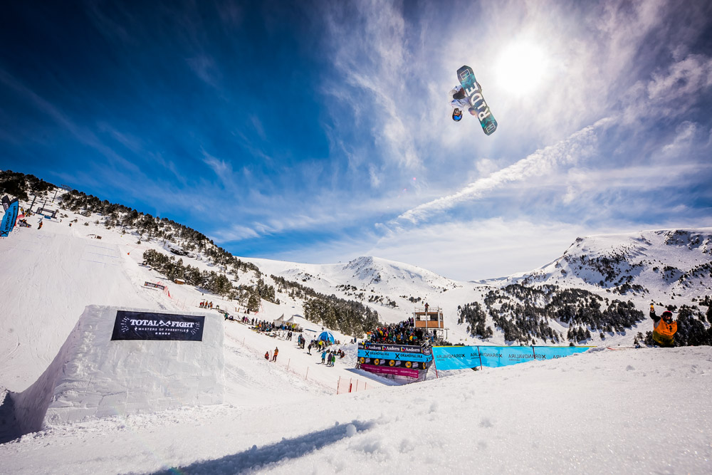 Japanese Kunitake and Canadian Blouin Conquer the Grandvalira Total Fight Snowboard